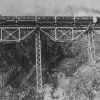 南大夕張~大夕張炭山間に数多くあった橋梁も昭和20年代後半から30年代にかけ道路工事や大夕張ダム建設に伴い撤去された。 竜田沢橋梁(6号)の撤去埋立工事 SLは9200型 昭和29年