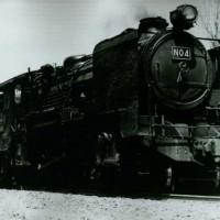 「No.4」 No.3と共に三菱鉱業(株)自社発注SL。昭和16年日立製作所製造、美唄鉄道を経て、昭和22年より三菱大夕張鉄道で活躍、バック運転しやすいように特注されたC56形テンダが特徴。前照灯も横にNo.が入るアメリカ形の大型のものを装着している。(昭和30年代・大夕張)