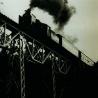 「旭沢橋梁を進行中の混合列車」 プレートガーダーをトラスで補強した「特異」な橋梁形式の旭沢橋梁を渡る№5 牽引の上り列車。遠幌~南大夕張間の「遠幌加別川橋梁」も同形式。 (昭和47年)