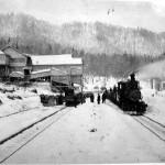 明治45年当時の二股停車場(後の南大夕張)、背景は大夕張炭坑選炭場、 機関車は夕張機関区所属の鉄道院7200型SL7214号。