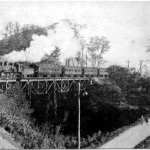 戦前の一時期には炭礦従業員の行楽用に早来への「スズラン刈り列車」も運行された。 9200形SLが国鉄からの借入客車を牽引し「宝沢橋梁」を渡る。