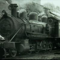 昭和4年炭礦の北部移行に伴う鉄道延長・自営運転開始に合わせて昭和3年から4年にかけて 美唄鉄道から入線した9200形SL(9201、9237)。 輸送力増強で9600形SLとの交換がまとまり昭和37年9月(9237)、 38年1月(9201)に三菱芦別専用鉄道に転出した。 入替えに活躍する9237号・大夕張炭山。昭和36年4月13日、 小樽市の星良助氏撮影。夕張市石炭博物館所蔵