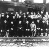 昭和19年10月、戦争激化により休山となった雄別炭礦尺別礦の専用鉄道から 増産炭礦の大夕張に入線したC1101号。入線直後の記念写真。