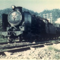 南大夕張駅に進入する混合32列車。機関車の次位にメチルアルコール輸送用のタキ5200形が連結されている。昭和45年頃。